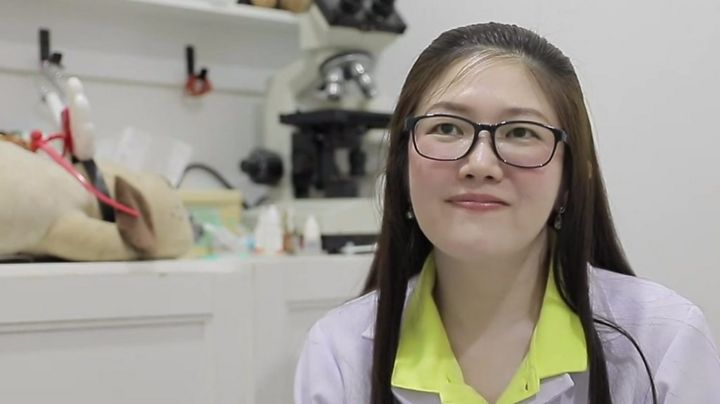 Thai vet helps woman give birth by Bangkok road