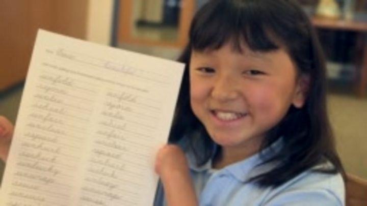 A menina sem mãos que pinta e ganhou concurso de caligrafia