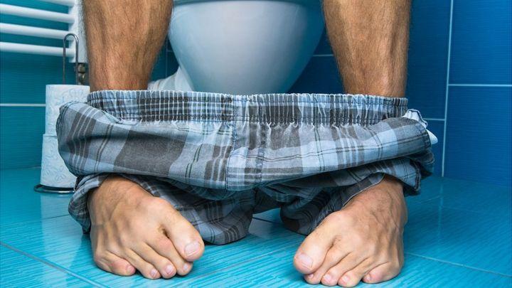 Cómo debes sentarte correctamente para ir al baño y evitar ...