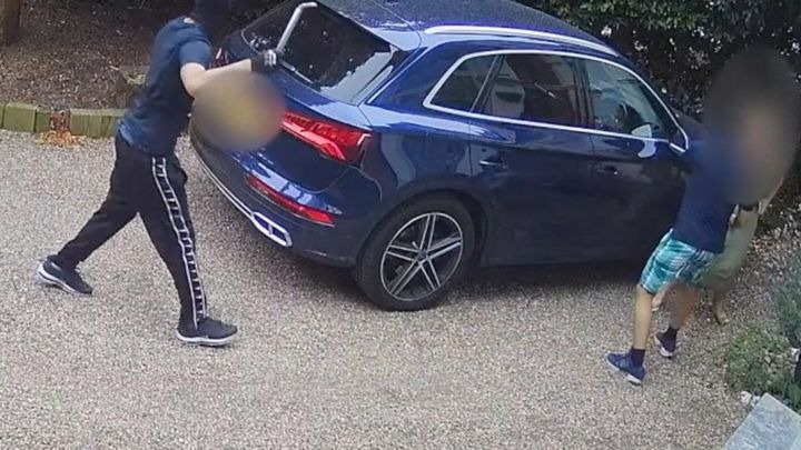Woman fends off men trying to steal car with child inside