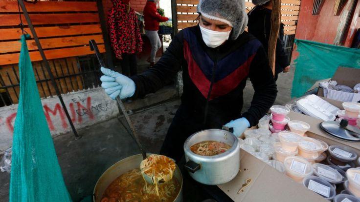 Mujer hace comida en Chile