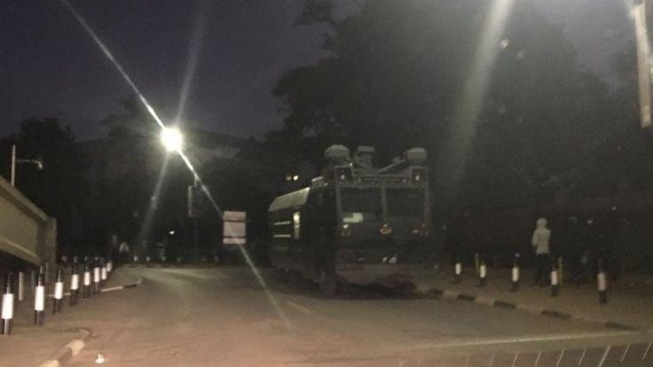 Maafisa wa polisi wakiwa na magari ya kukabiliana na gharia karibu na uwanja wa Uhuru Park mapema leo