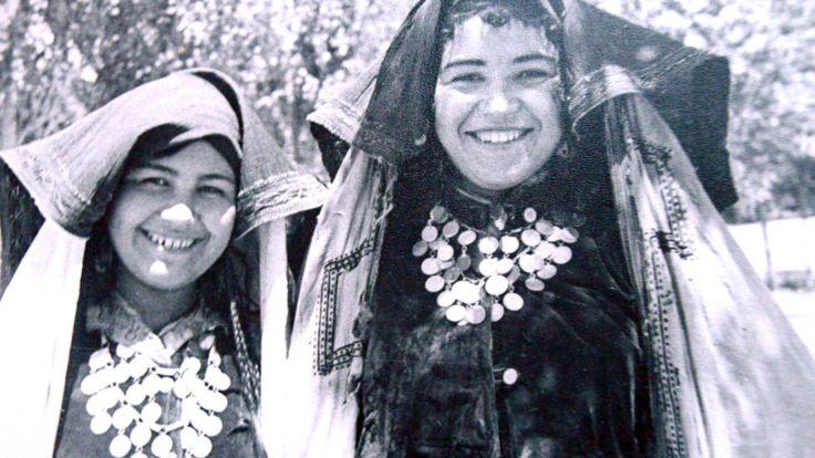 یکی از رویدادهای مهم در حیات زنان تاجیک کشف فرنجی (حجاب) بود. در این عکس زنان تاجیک در حالی که پیش چادرهای خود را بالا کرده و چهره شان را نشان می دهند در سال 1929 ظاهر می شوند. اینها نخستین زنانی هستند که حجاب را از صورت خود برداشتنه و به پشت انداخته اند.