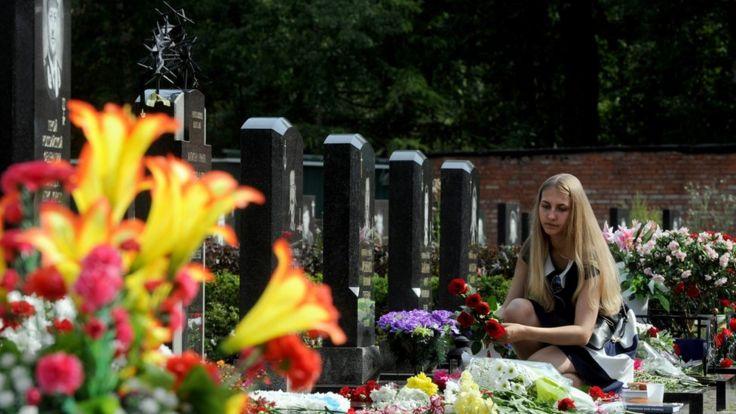 Близкие и родные моряков до сих пор приносят на их могилы цветы, Санкт-Петербург, 2015 год