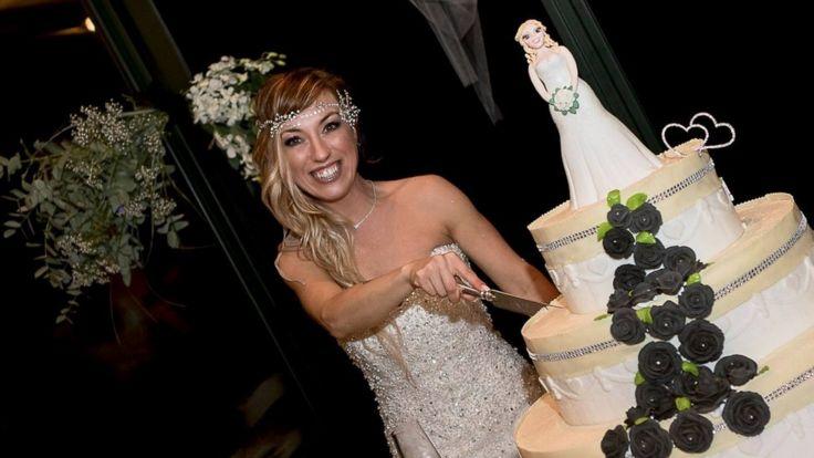 Laura Mesi trozando su pastel de bodas con ella misma.