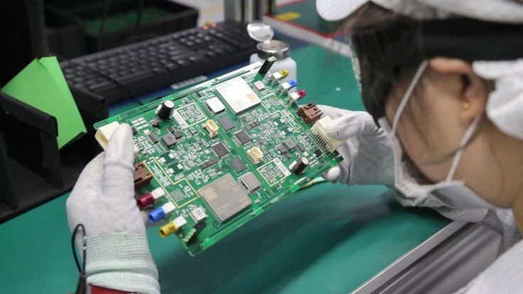Mulher trabalha em fábrica na província de Jiangsu, na China