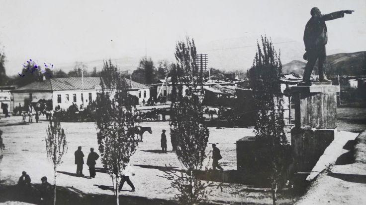 نخستین تندیس لنین در دوشنبه در سال 1926 نصب شد. سازنده آن واسیلی کوزلوف از پیکره سازان معروف شوروی. این تندیس در محل امروزه چایخانه