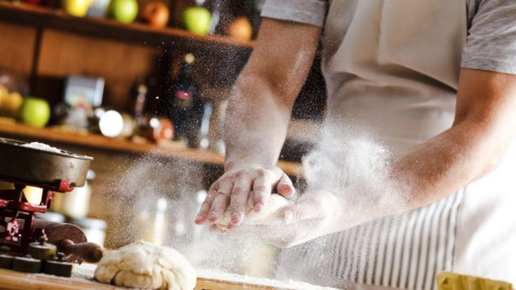 Мужчина месит тесто
