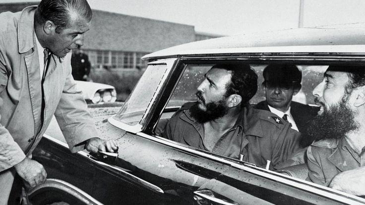 Фидель Кастро обменивается недовольными репликами с охранником в аэропорту Айдлуайд (19 сентября 1960 года). Полиция не позволяла ему подойти к поклонникам, так как опасалась, что среди них окажется злоумышленник из стана его врагов. Рядом с Кастро в машине (без бороды) министр иностранных дел Кубы Рауль Роа Гарсия