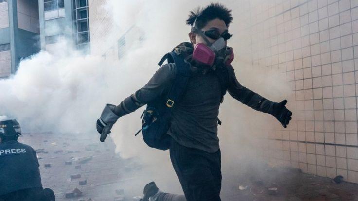 демонстрант у здания университета