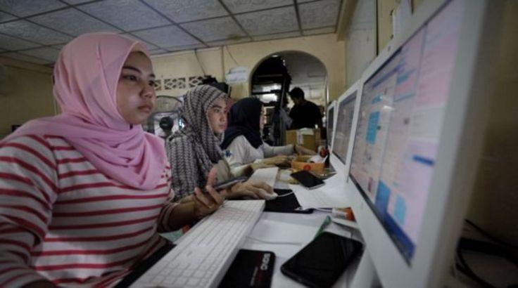 Đội admin của Hasan trả lời câu hỏi của khách hàng và nhận đơn hàng cả ngày lẫn đêm