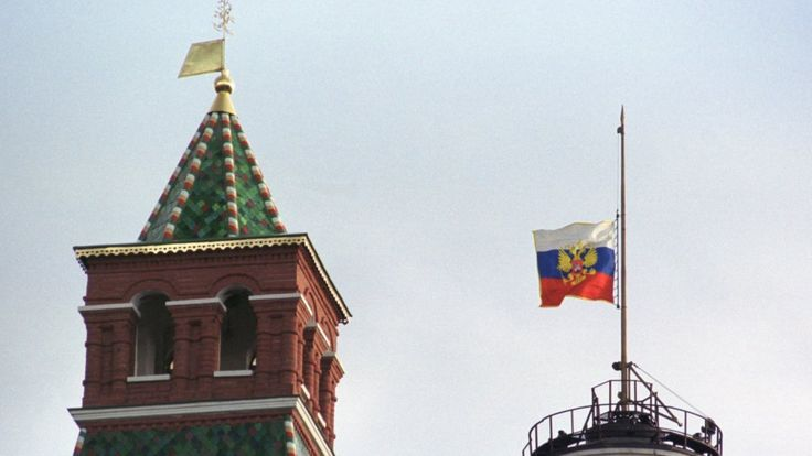 """23 августа 2000 года в России прошел траур по жертвам катастрофы """"Курска"""", в стране были спущены флаги, а все развлекательные мероприятия были отменены"""