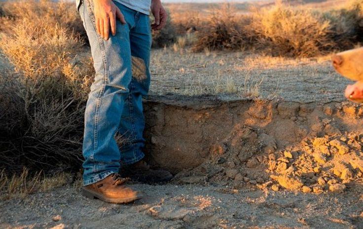 Cư dân địa phương dùng chân để đo mức mặt đất sa mạc bị chuyển do trận động đất mạnh 7,1 độ dọc theo Quốc lộ California 178 giữa Ridgecrest và Trona California, hôm 6/6/2019