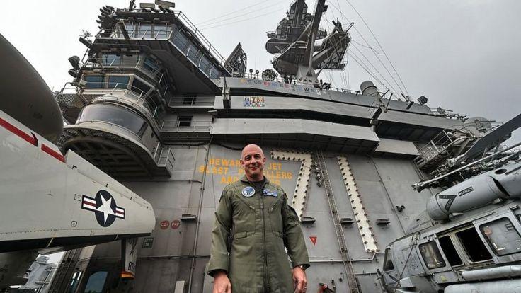 USS Theodore Roosevelt trên đường tới cảng Singapore năm 2015