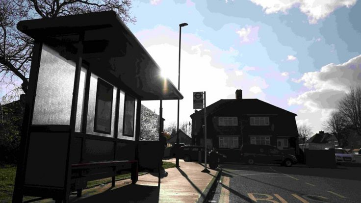حمله در یک ایستگاه اتوبوس در نزدیکی یک میکده آغاز شد