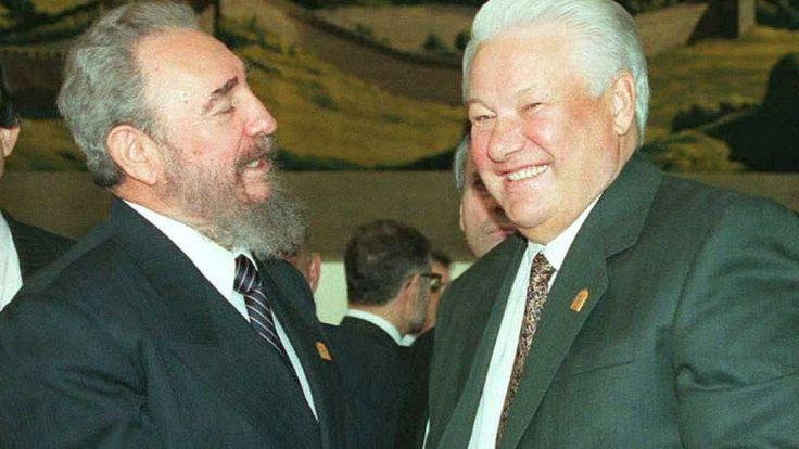 Фидель Кастро и президент России Борис Ельцин приветствуют друг друга перед завтраком мировых лидеров в первый день празднований 50-летия ООН