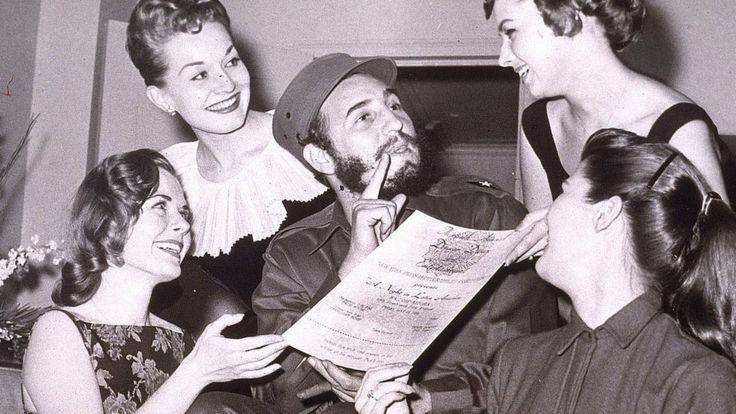 Фиделю Кастро передают приглашение на бал нью-йоркской Ассоциации фотожурналистов (23 апреля 1959 г.)