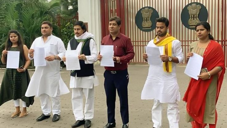 Congress party leaders in Bihar holding up letters demanding a CBI probe