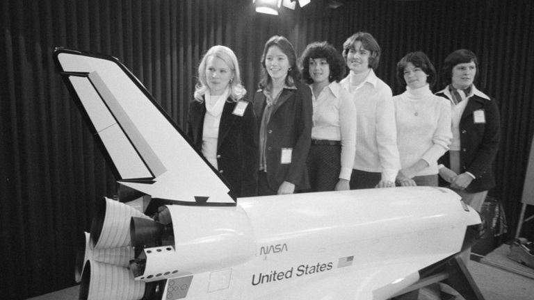1978年,美国宇航局6位女太空人合影。右二是萨莉·莱德