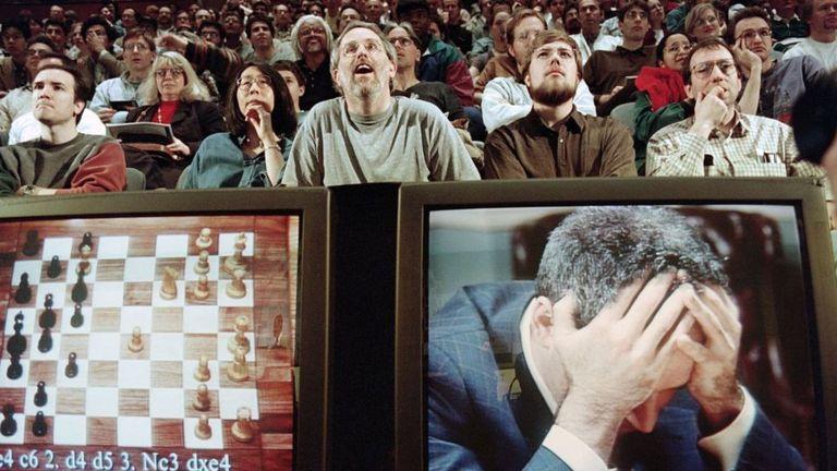 Los entusiastas del ajedrez jadean mientras ven el épico partido entre Kasparov y Deep Blue en 1997