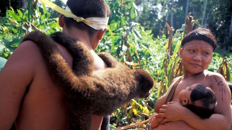 Аборигены племени Корубо во время редкой встречи с другими людьми, 1996 год