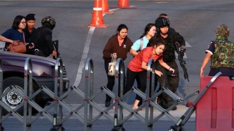 Pasukan keamanan Thailand mengevakuasi orang-orang dari pusat perbelanjaan Terminal 21