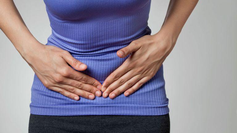 Mujer con dolor menstrual.