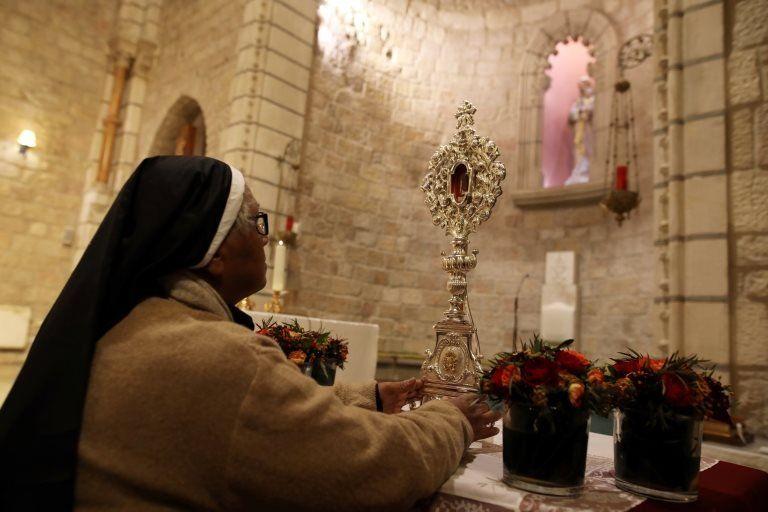 Монахиня перед реликвией