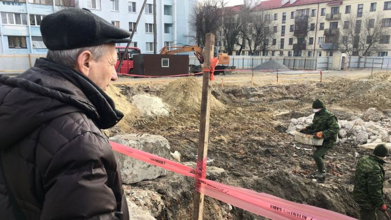Mikhail regarde le site de la fosse commune située dans l'ancien ghetto de guerre de Brest