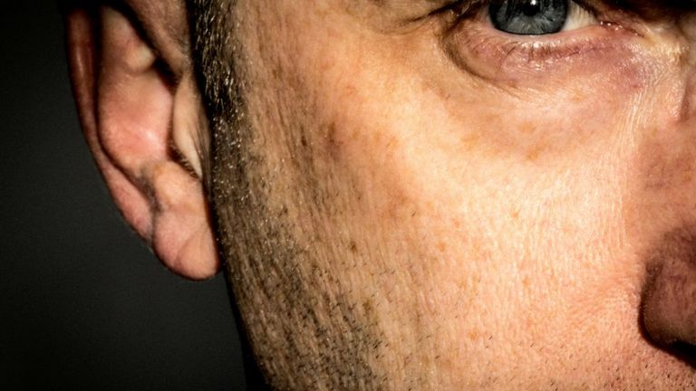 Medio rostro de hombre maduro