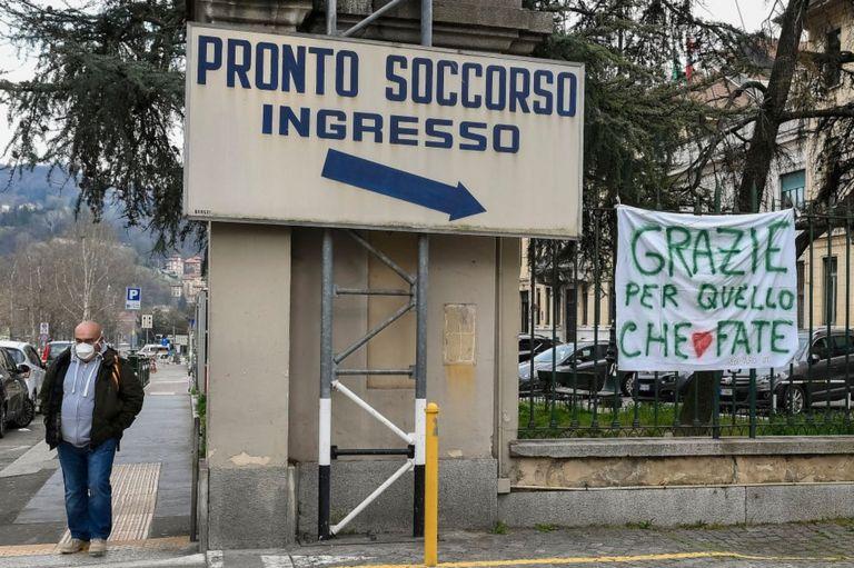 """Un cartel reza """"gracias por lo que están haciendo"""" frente a emergencias del hospital Molinette de Turín, Italia."""