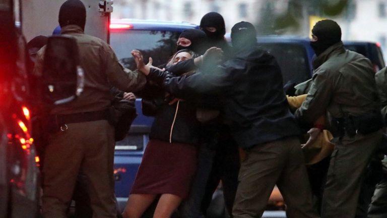 Многие задержанные полицией жалуются на то, что получили физические травмы. Правозащитники и СМИ пишут о пытках