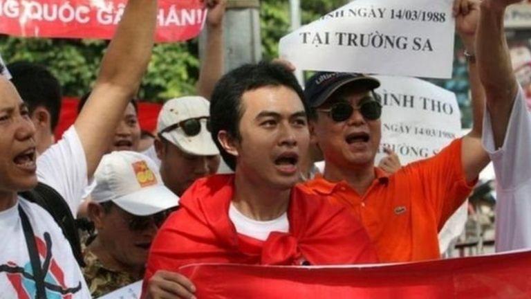 Trịnh Hữu Long (giữa) tại một trong những cuộc biểu tình mùa hè 2011
