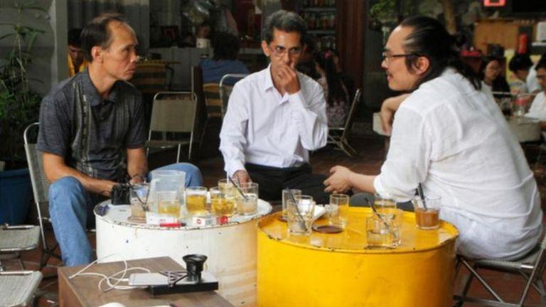 Luật sư Tín Nguyễn (phải) trao đổi với hai người Mỹ gốc Việt bị trục xuất tại TP Hồ Chí Minh ngày 19/4/2018