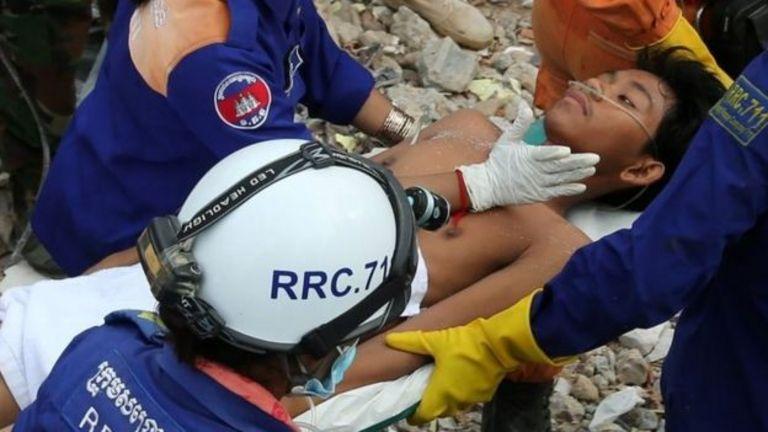 Một nạn nhân sống sót đang được đưa ra từ đồng đổ nát