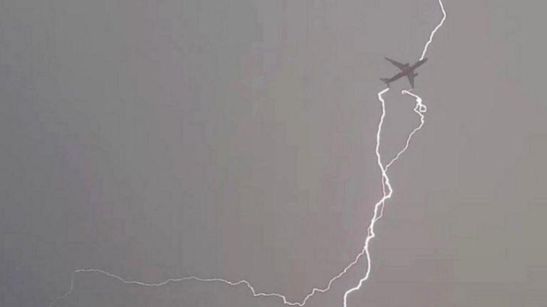 Молния попадает в самолет