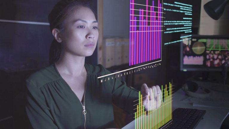 Mujer interactuando con pantalla virtual