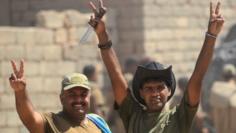 "Iraqi forces flash ""victory"" sign near Ayadiya (30/08/17)"