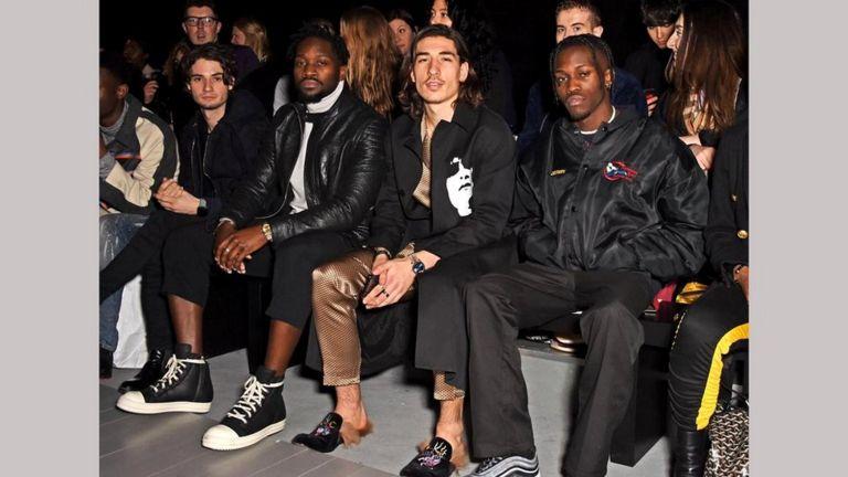 Эктор Бельерин на Лондонской неделе моды - в шелковой пижаме и шлепанцах Gucci