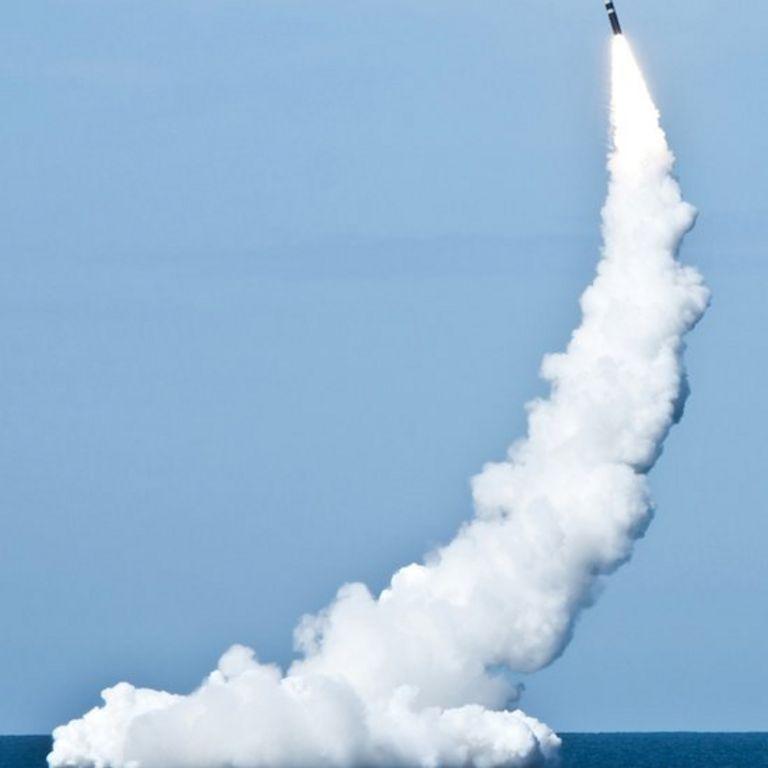 Misil lanzado desde el agua
