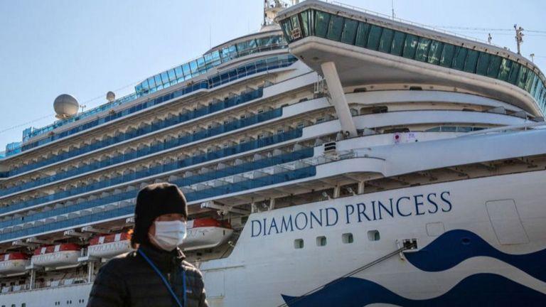 Человек в маске вблизи круизного лайнера