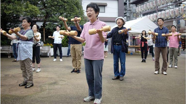 Nhiều người trẻ Nhật Bản ở các tỉnh phải đi làm ăn xa, bỏ bố mẹ tự chăm lo bản thân