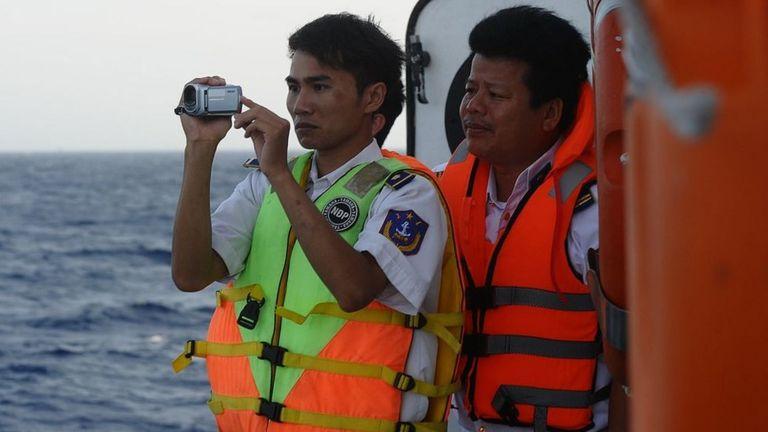 Ảnh chụp ngày 14/5/2014 cho thấy cảnh sát biển VN đang chụp ảnh một tàu bảo vệ bờ biển TQ gần giàn khoan dầu của TQ trong vùng biển tranh chấp ở Biển Đông.