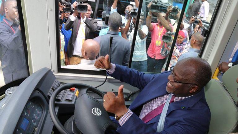 Rais Magufuli ndani ya basi la Mwendo Kasi katika baada ya kufungua rasmi Awamu ya Kwanza ya Miundombinu na Utoaji Huduma ya Mabasi yaendayo Haraka katika jiji la Dar es Salaam 25 Januari, 2017