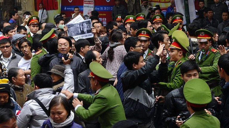 Cảnh sát giải tán người biểu tình chống Trung Quốc tại trung tâm thành phố Hà Nội vào ngày 9 tháng 12 năm 2012.