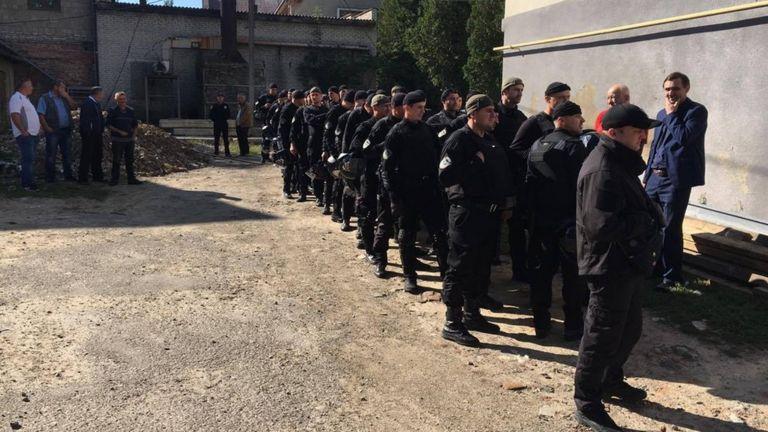 Полиция во дворе суда