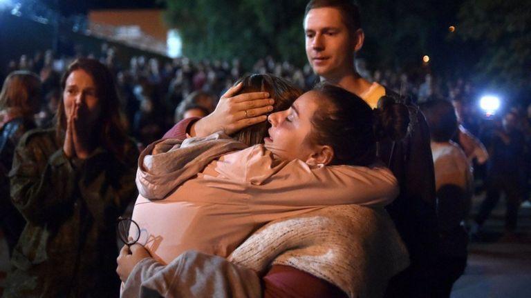 Близкие встречают людей, выходящих из изолятора на Окрестина в Минске