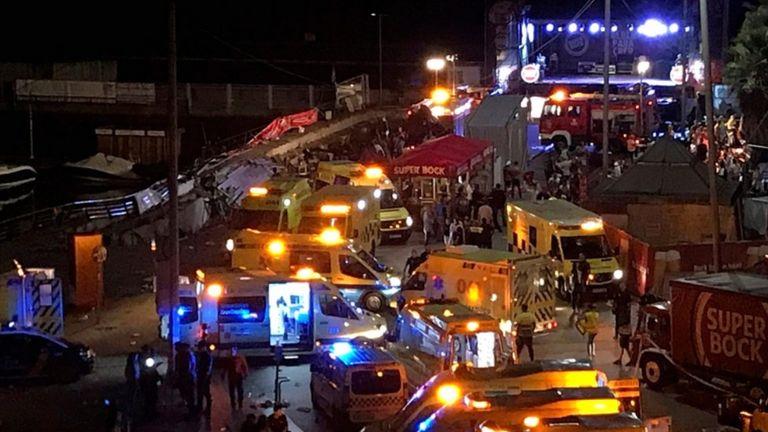 Varias ambulancias en la escena del colapso en Vigo durante la noche en 12 / 13 Agosto 2018