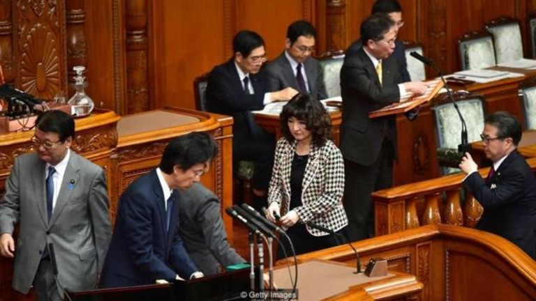 Cảnh tượng trong quốc hội Tokyo vào ngày 7/12/2018, khi thông qua một dự luật lịch sử nhận người lao động chân tay từ nước ngoài vào Nhật nhiều hơn bao giờ hết