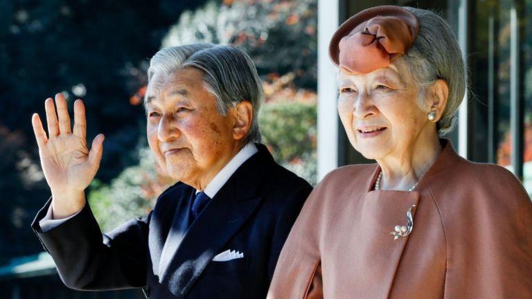 El emperador Akihito y la emperatriz Michiko en el palacio imperial en Tokio, el 27 de noviembre de 2017